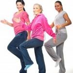 grupo-de-tres-mujeres-haciendo-fitness-y-sonriendo-sobre-fondo-blanco