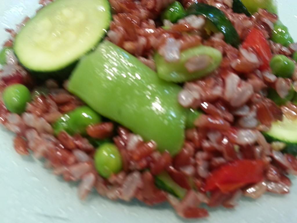 paella vegetariana de arroz rojo