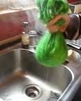 Escurrir el calabacin con un trapo de cocina