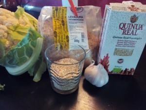 Ingredientes de la pizza sin harina de quinoa y coliflor