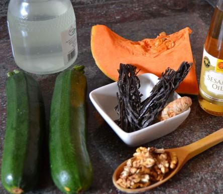 ingredientes de los fideos de calabacin y espagueti de mar