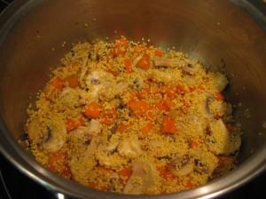 Añadimos el mijo y lo mezclamos con las verduras