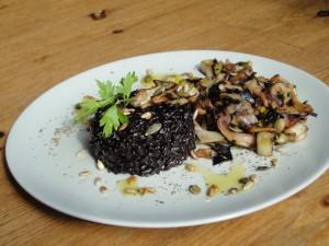 arroz nerone o negro con hongos shiitakes