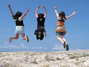 felicidad chicas saltando