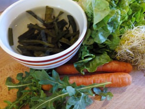 Ingredientes de la ensalada con espagueti de mar (1)