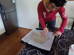 con las manos en la masa de pizza de trigo sarraceno y chia