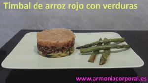 Timbal de arroz rojo con verduras