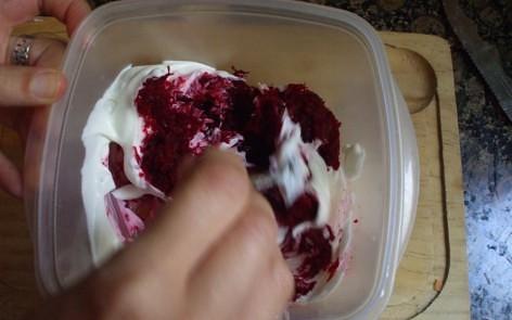 mezclando los ingredientes del tzatziki de remolacha