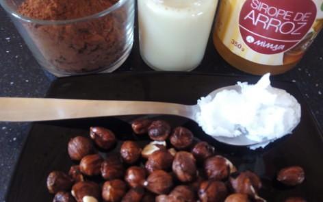 Leche (de almendras), cacao (puro), avellanas (remojadas y azúcar (de coco o sirope de arroz) :-)