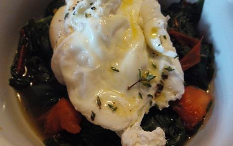 huevos poche sobre nido de espinacas 1