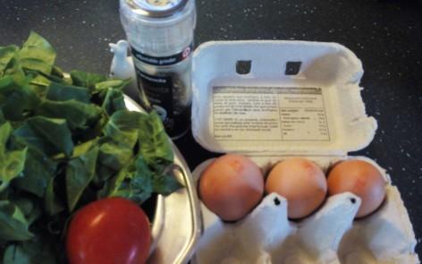 ingredientes de los huevos poche sobre nido de espinacas